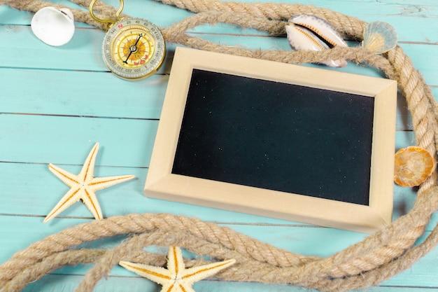 Klein houten ingelijst leeg bord voor uw ontwerp