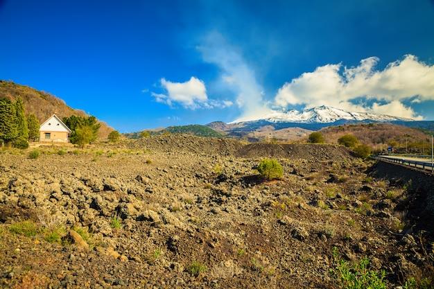 Klein huis nabij vulkaan etna