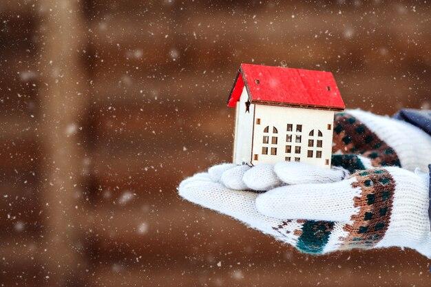 Klein huis ter beschikking over de winterachtergrond. het huis voorbereiden op de winter. onroerend goed en onroerend goed concept.