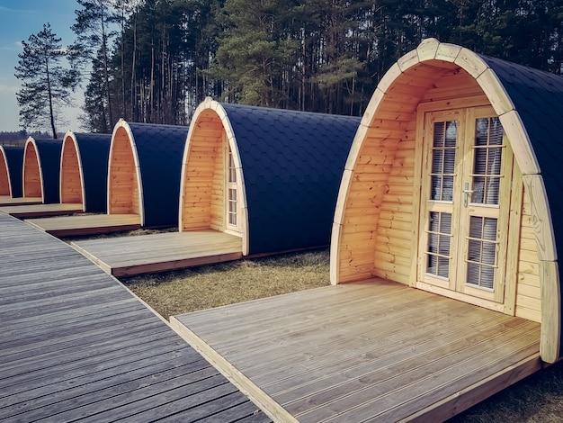 Klein huisje of hotelpod gemaakt van hout in de vorm van een huifkar.