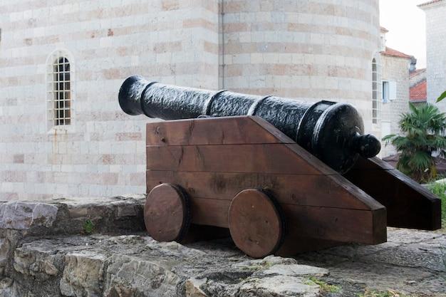 Klein kanon op de plaats van het oude fort in de oude stad budva in montenegro