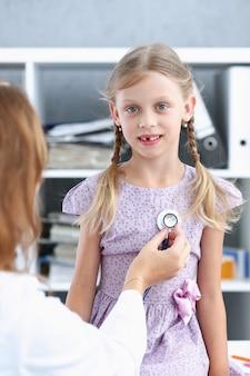 Klein kind bij de kinderartsreceptie. afspraak voor lichamelijk onderzoek