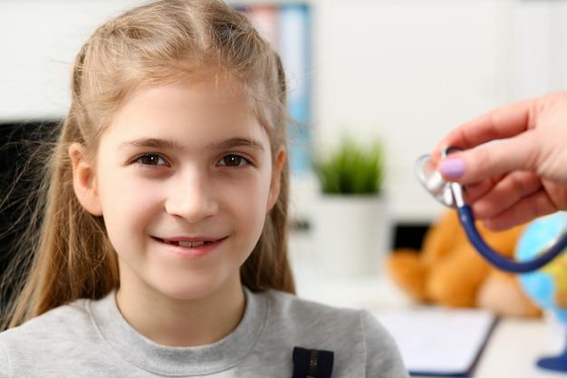 Klein kind bij kinderarts receptie
