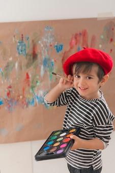 Klein kind dat als een kunstenaar schildert