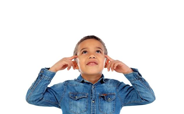 Klein kind dat zijn oren behandelt