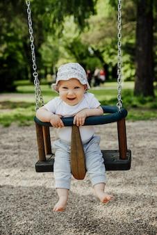 Klein kind heeft plezier op een schommel