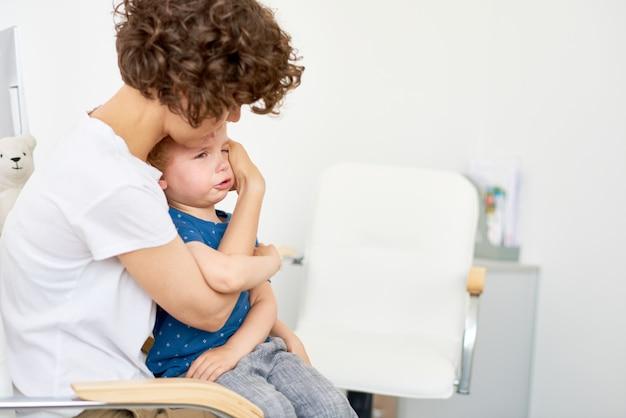 Klein kind huilen in artsenbureau