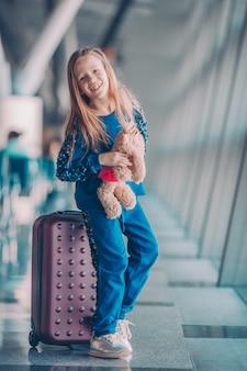 Klein kind in luchthaven wachten op instappen