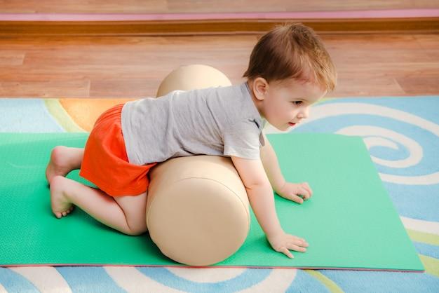 Klein kind is bezig met sporten in de sportschool