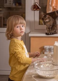 Klein kind koken in de keuken.