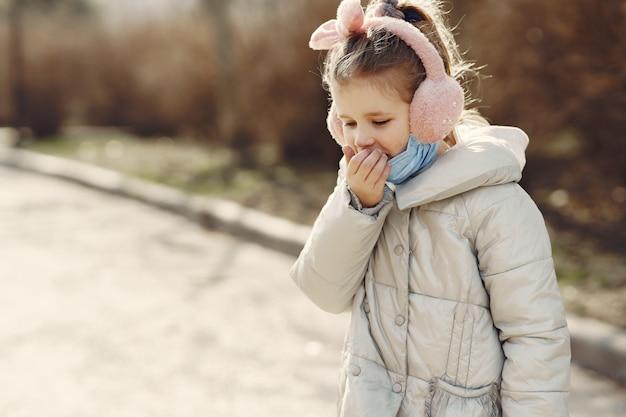 Klein kind loopt buiten in een masker