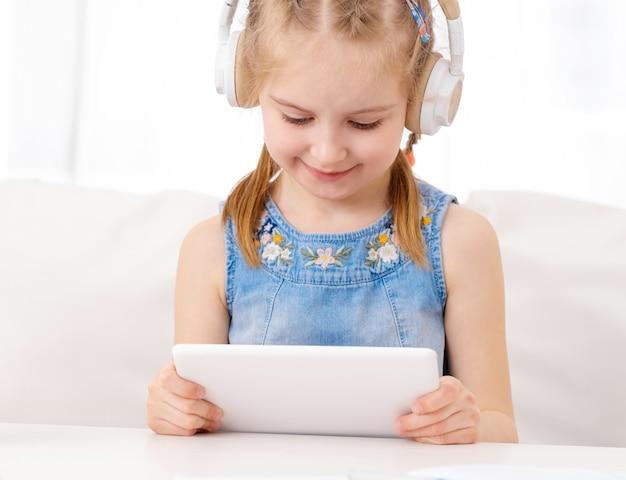 Klein kind luisteren naar muziek