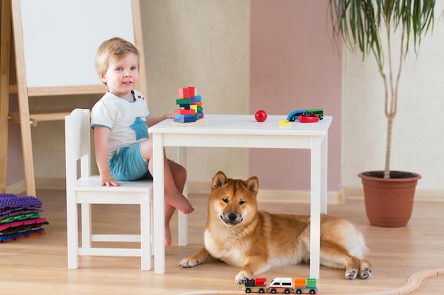 Klein kind meisje en kleine schattige hond