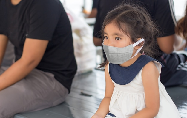 Klein kind met gezichtsmasker
