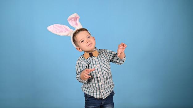 Klein kind met oren, op een geïsoleerde achtergrond. hoge kwaliteit foto