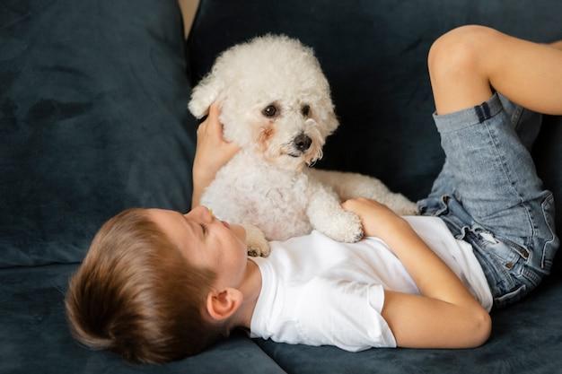 Klein kind met plezier met zijn hond