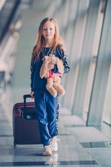 Klein kind op de luchthaven wachtend op instappen