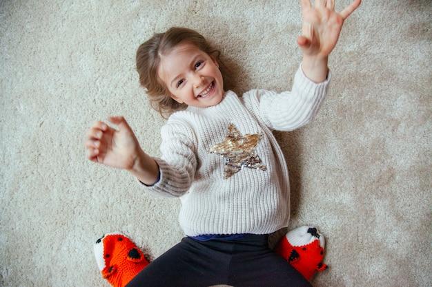 Klein kind plezier met moeder op het tapijt