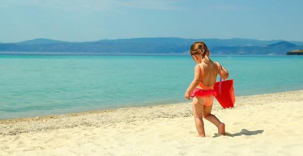 Klein kind spelen op het strand