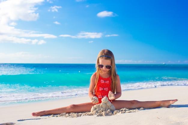 Klein kind spelen op wit strand