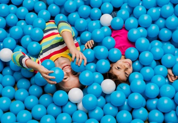 Klein kind spelen