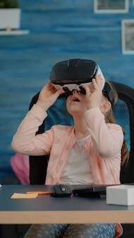 Klein kind studeert met vr-bril voor huiswerk en online lessen