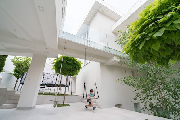 Klein kind voor modern huis