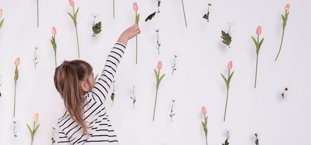 Klein kind wijzend op tulp