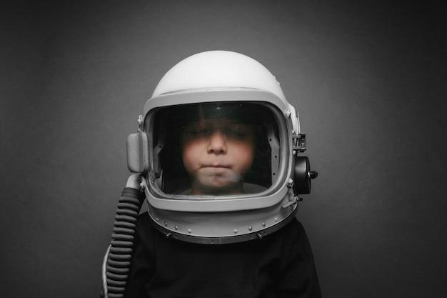 Klein kind wil een vliegtuig besturen met een vliegtuighelm