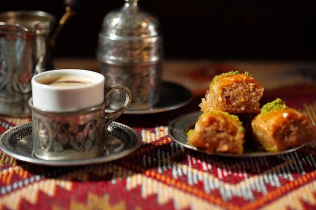 Klein kopje turkse koffie en turkse baklava