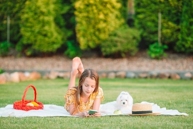 Klein lachend meisje spelen in het park