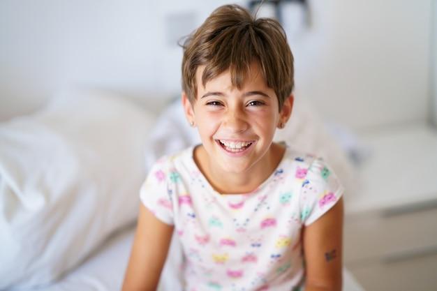 Klein meisje, acht jaar oud, liggend op haar bed