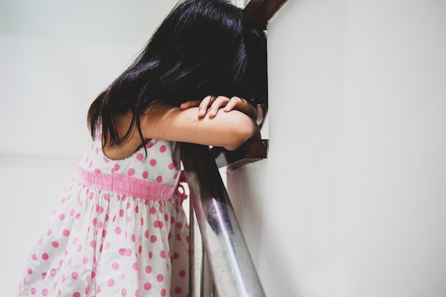 Klein meisje begint te huilen op trap