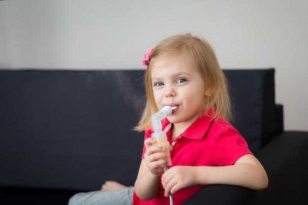 Klein meisje behandelt bronchitis met een verstuiver