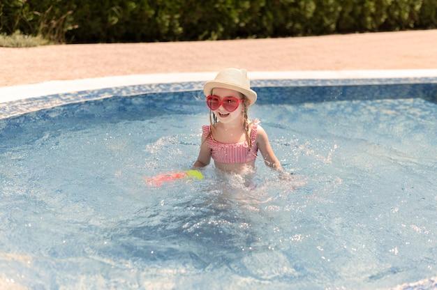 Klein meisje bij het zwembad