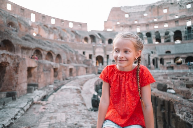 Klein meisje buiten in colosseum, rome, italië,
