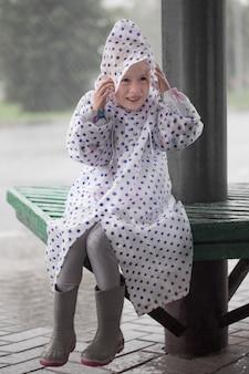 Klein meisje buiten met regen