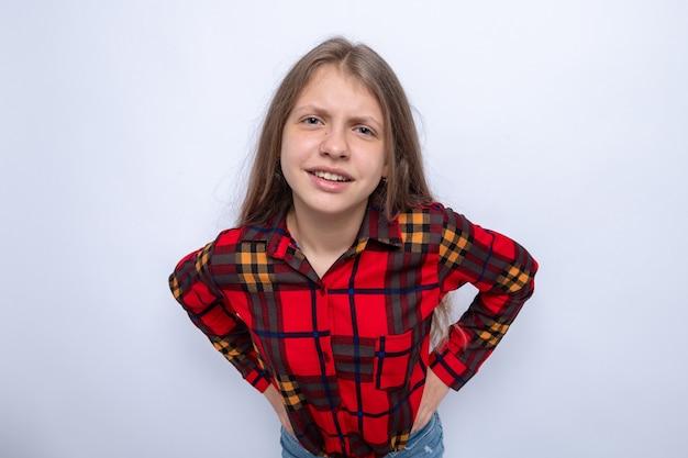 Klein meisje dat de handen op de heup zet, met een rood shirt aan
