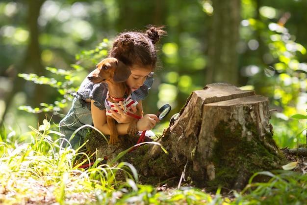 Klein meisje dat deelneemt aan een schattenjacht