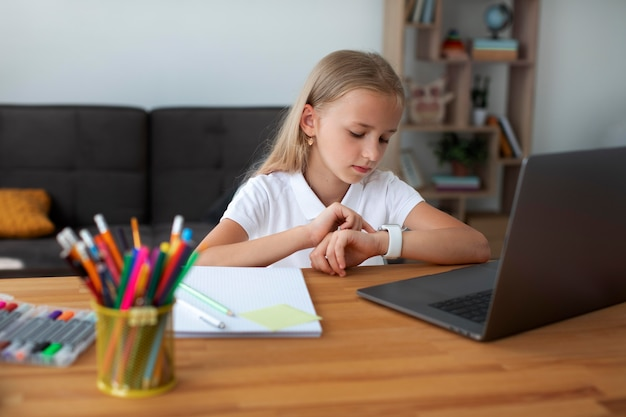 Klein meisje dat deelneemt aan online lessen