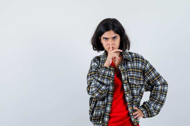 Klein meisje dat stiltegebaar in overhemd, jasje vooraanzicht toont. ruimte voor tekst