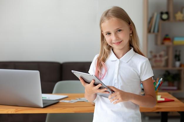 Klein meisje dat thuis deelneemt aan online lessen