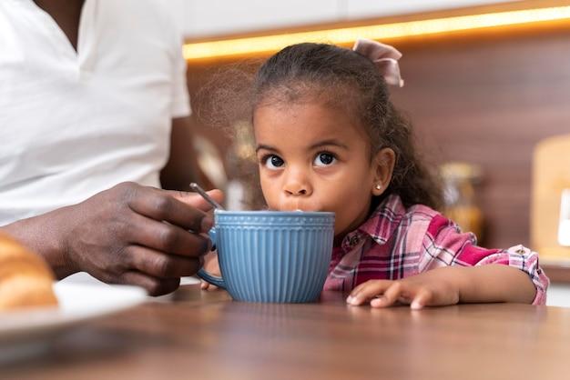 Klein meisje dat tijd doorbrengt met haar vader