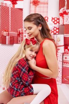 Klein meisje dicht bij haar moeder