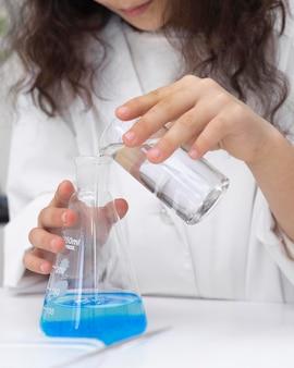 Klein meisje doet een wetenschappelijk experiment op school