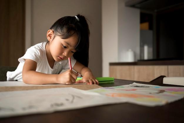 Klein meisje doet haar huiswerk