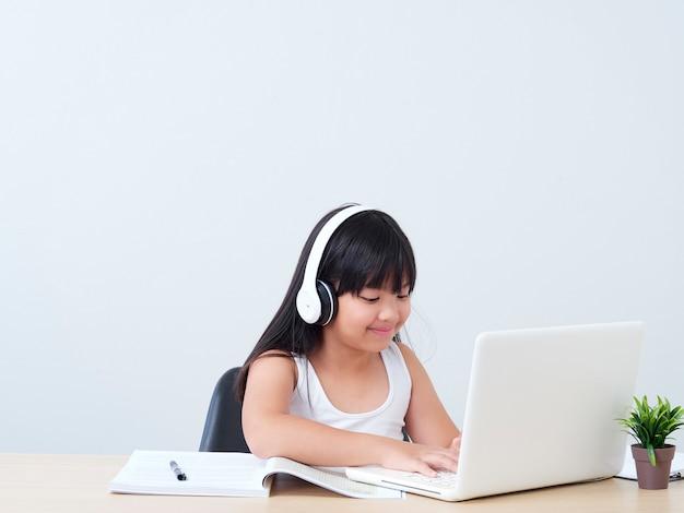 Klein meisje doet online klasse
