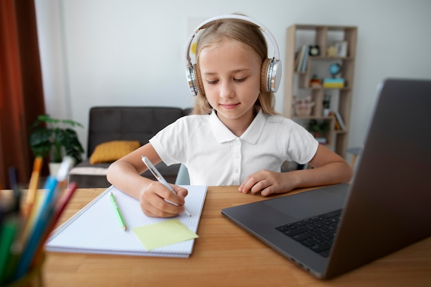 Klein meisje doet online lessen vanuit huis