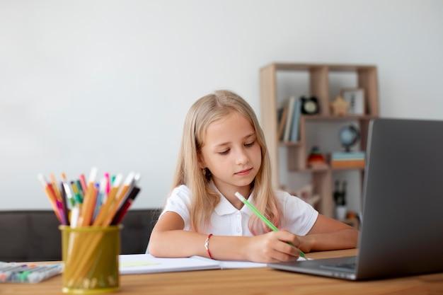 Klein meisje doet online lessen