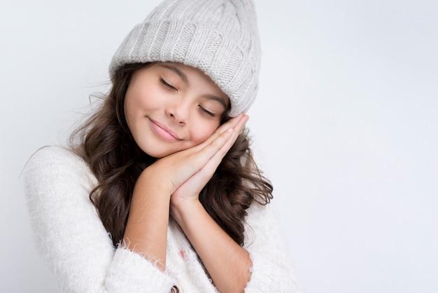 Klein meisje draagt seizoensgebonden kleding